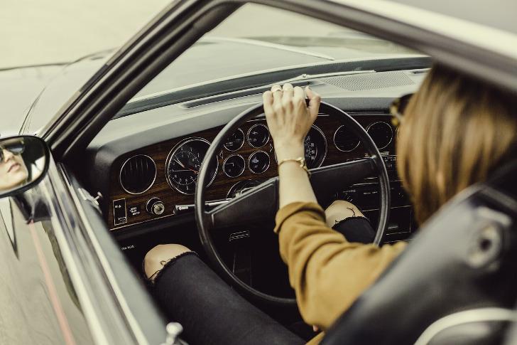 Frau im Auto - Autoleasing ohne schufa
