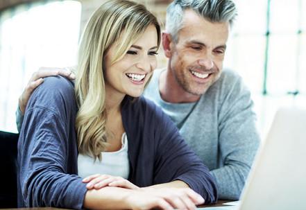 Ein Paar beantragen einen Bankkredit online