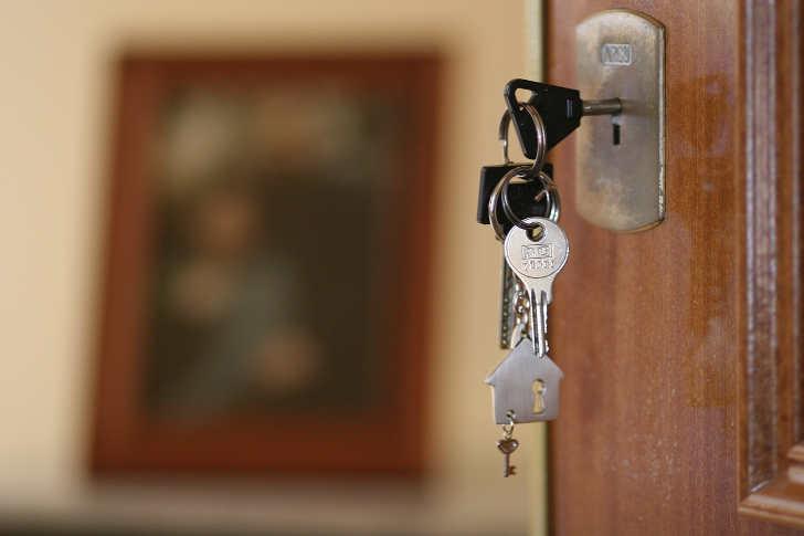 offene Haustür mit Schlüssel