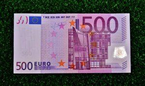 kredit trotz hartz 4 - 500 Euro schein auf dem gras